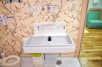 トイレ内のおむつ替え台